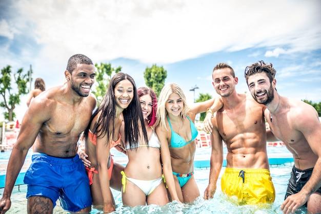 Amigos em uma piscina