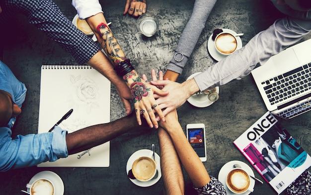 Amigos, empilhando mãos, em, um, café