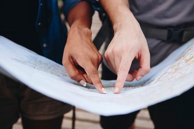 Amigos encontrar direções com um mapa