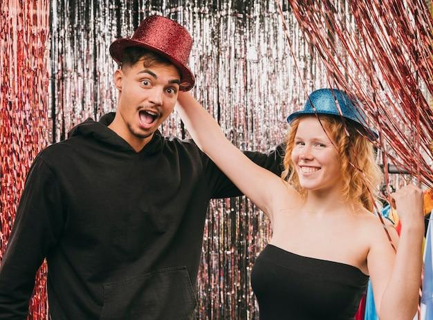 Amigos engraçados, aproveitando o tempo juntos na festa de carnaval