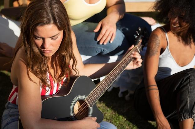 Amigos estreitos com violão