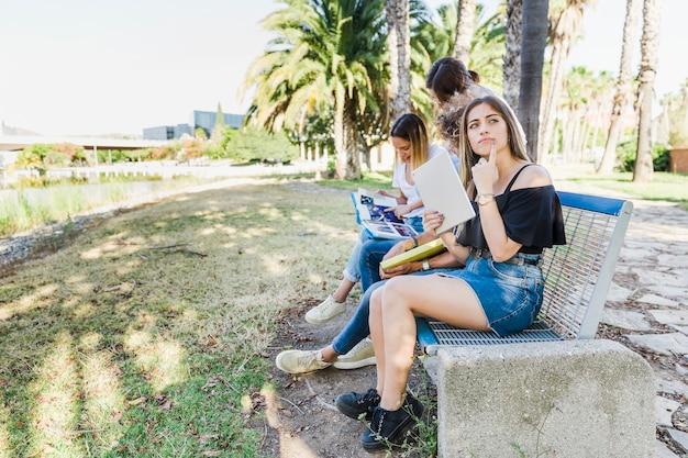 Amigos, estudar, sentando, ligado, banco, parque
