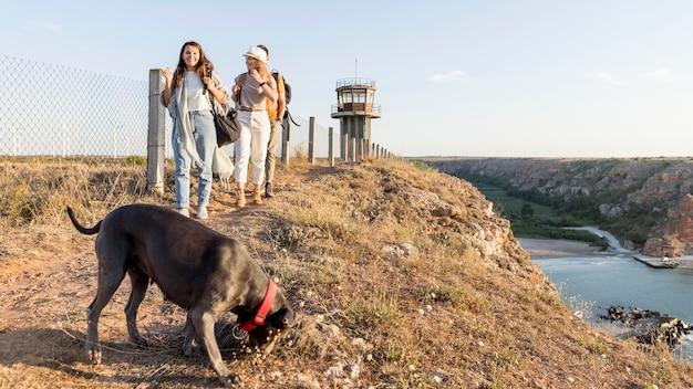 Amigos explorando com seu cachorro