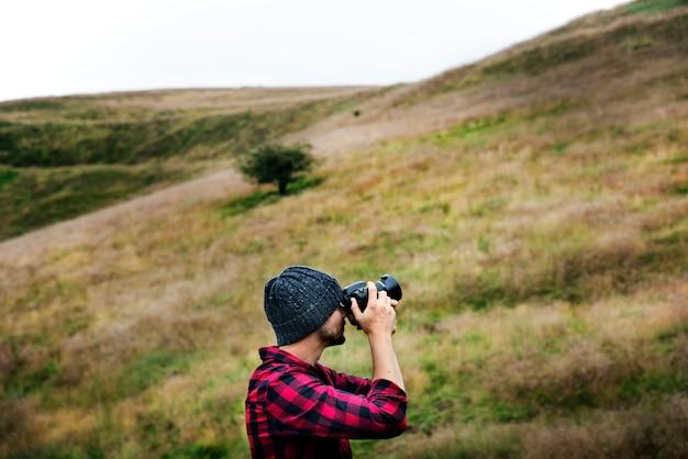 Amigos, explorando e curtindo a natureza atirar
