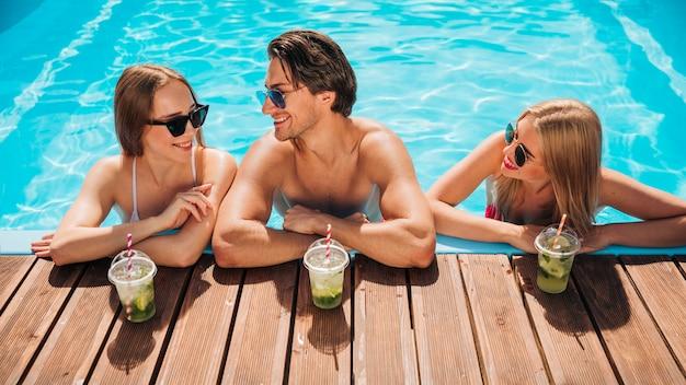 Amigos, falando, em, piscina