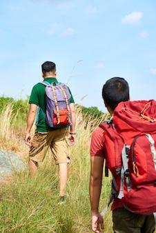 Amigos fazendo caminhadas aventura