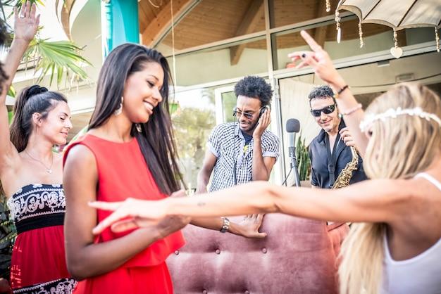 Amigos fazendo festa em um lounge bar