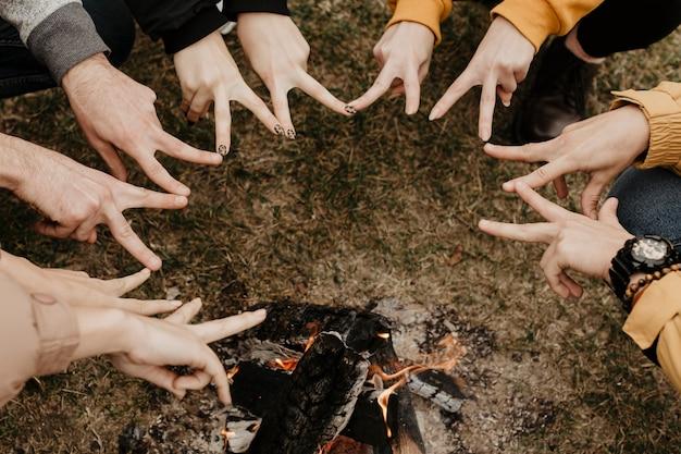 Amigos fazendo formato de estrela com os dedos