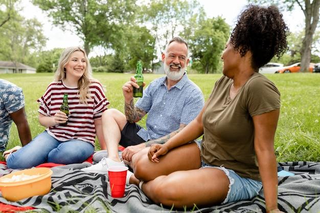 Amigos fazendo piquenique no parque