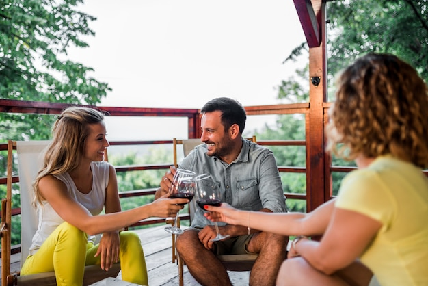 Amigos fazendo um brinde na varanda. conceito de férias de verão.