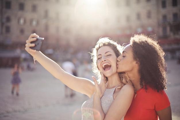 Amigos, fazendo, um, selfie