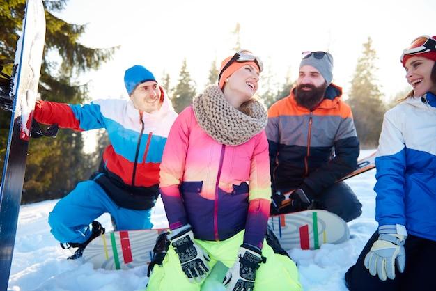 Amigos fazendo uma pausa na pista de esqui