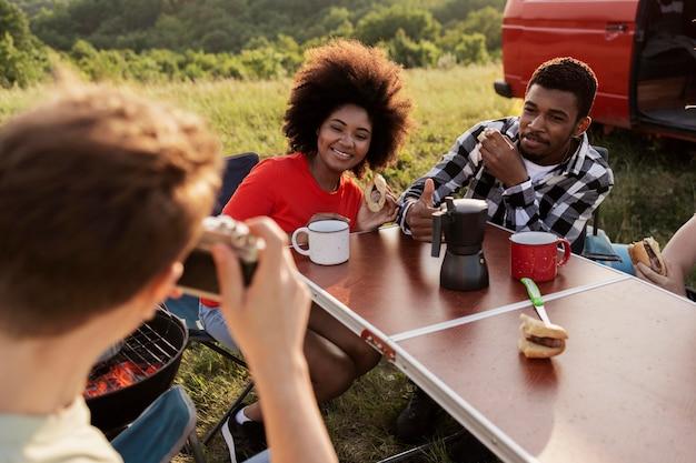 Amigos felizes ao ar livre de perto