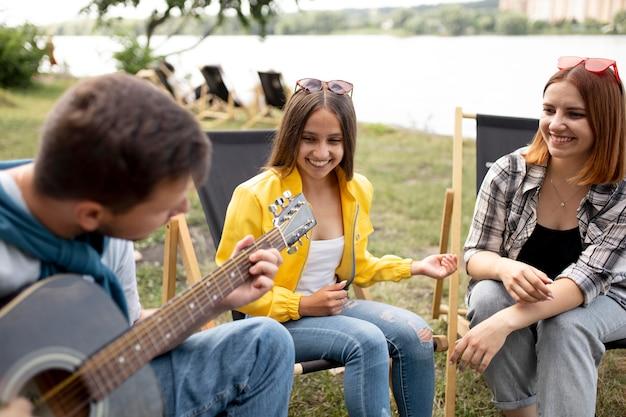 Amigos felizes com música média