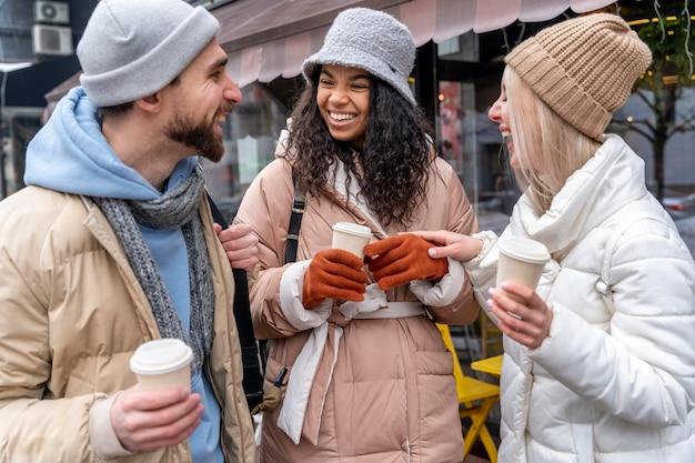 Amigos felizes com tiro médio e café