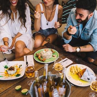 Amigos felizes comendo tapas