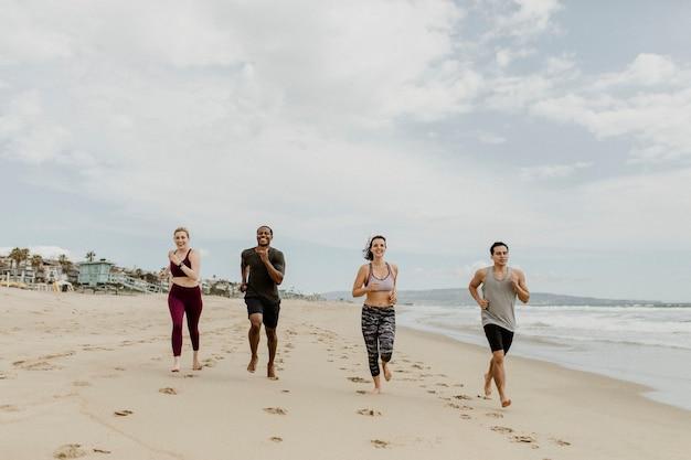 Amigos felizes correndo juntos na praia