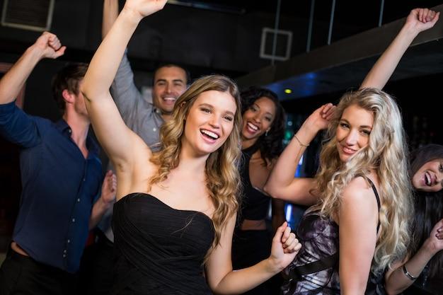 Amigos felizes dançando juntos