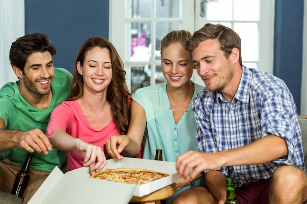 Amigos felizes desfrutando de pizza