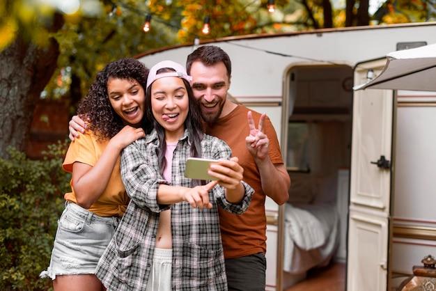 Amigos felizes e aventureiros tirando uma selfie