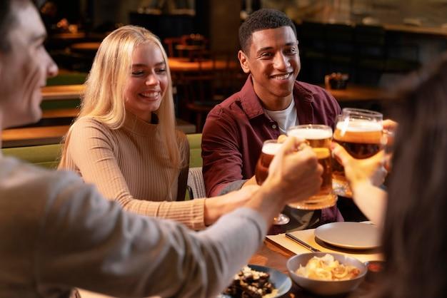 Amigos felizes em close no bar