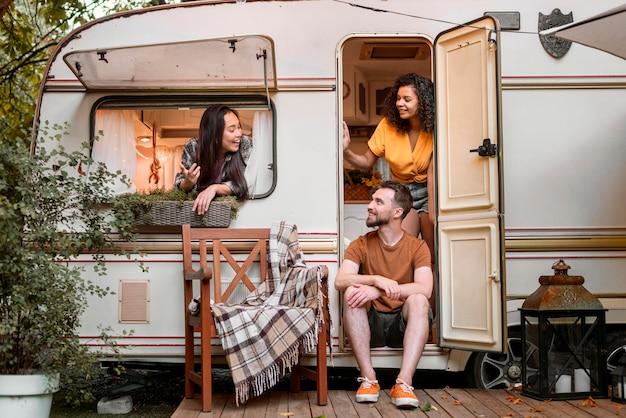 Amigos felizes em uma van.