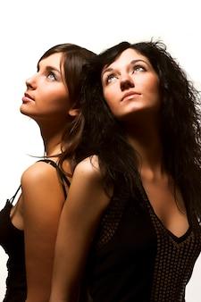Amigos felizes mulheres jovens isolados no branco