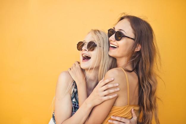 Amigos felizes no verão