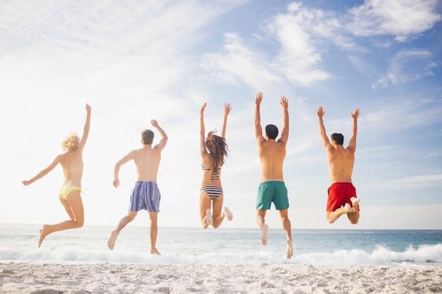 Amigos felizes pulando juntos