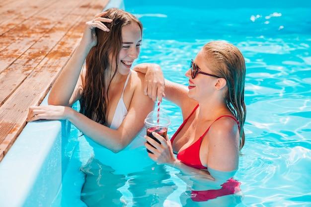 Amigos felizes que apreciam suas férias