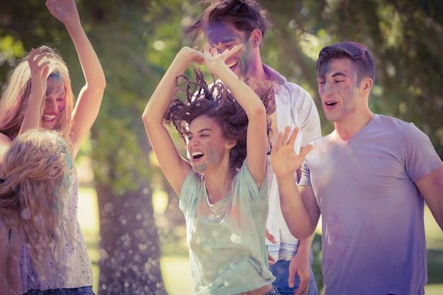 Amigos felizes se divertindo com tinta em pó