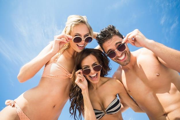 Amigos felizes se divertindo na praia