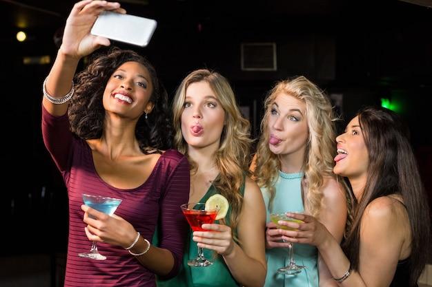 Amigos felizes tomando uma selfie