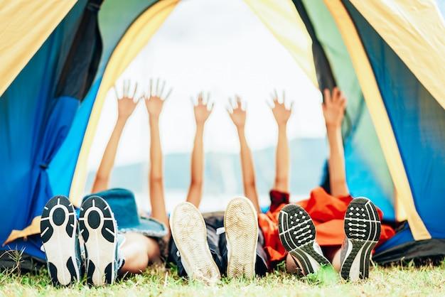 Amigos felizes viajam acampar ao ar livre