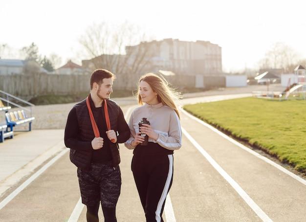 Amigos fitness treinamento juntos ao ar livre vivendo ativo saudável