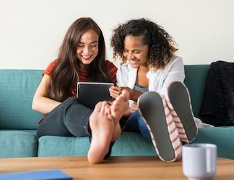 Amigos fofocando juntos no sofá
