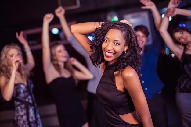 Amigos fofos se divertindo e dançando
