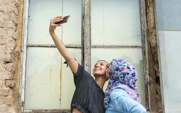 Amigos fofos tomando uma selfie