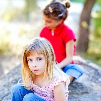 Amigos garoto meninas brincando na rocha da floresta