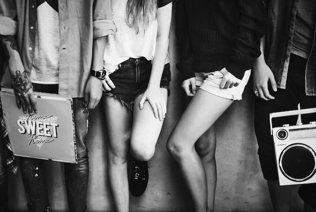 Amigos hipster ouvindo música