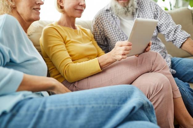 Amigos idosos assistindo vídeo no tablet