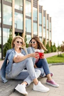 Amigos improváveis sentados do lado de fora