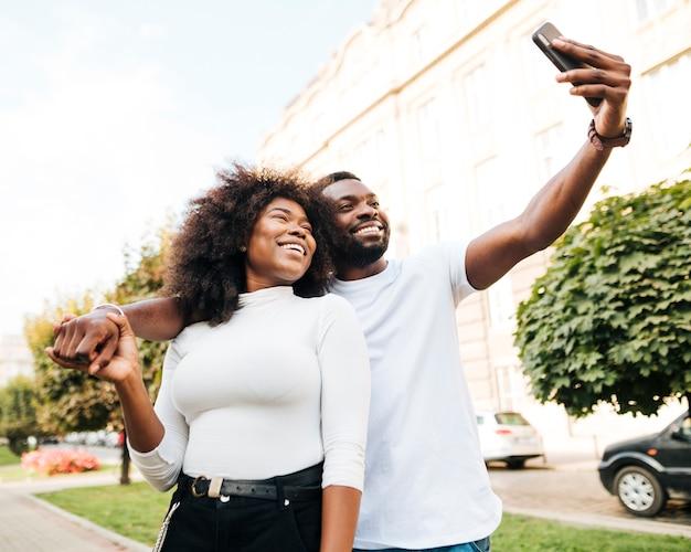 Amigos interculturais tomando selfie