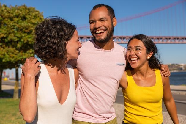 Amigos íntimos felizes reunidos em parque