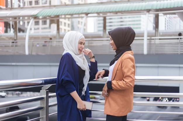 Amigos islâmicos do conceito de felicidade conversando e sorriam.