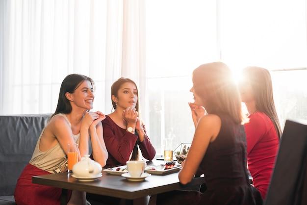 Amigos, jantar, em, um, restaurante