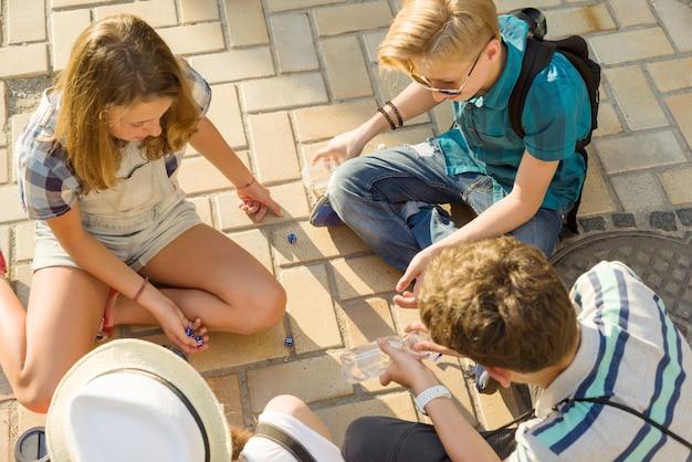 Amigos jogam um jogo de tabuleiro