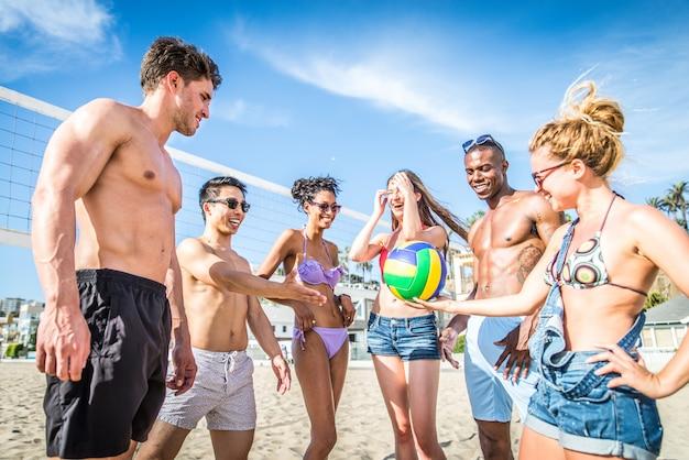 Amigos jogam vôlei de praia