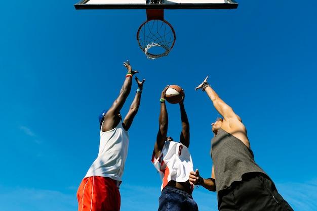Amigos jogando basquete na quadra. conceito de amigos.