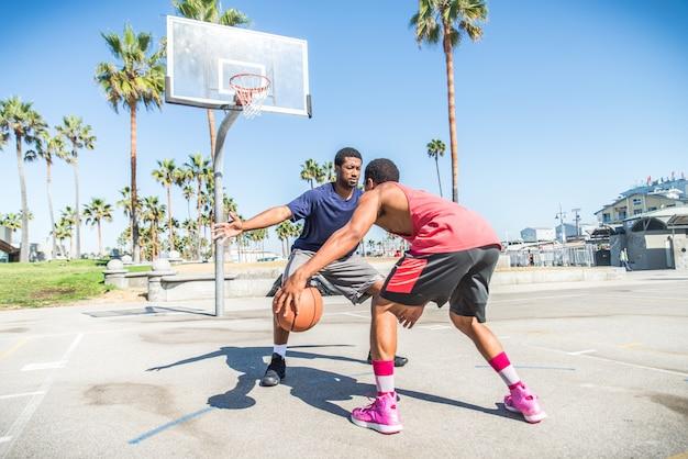 Amigos jogando basquete